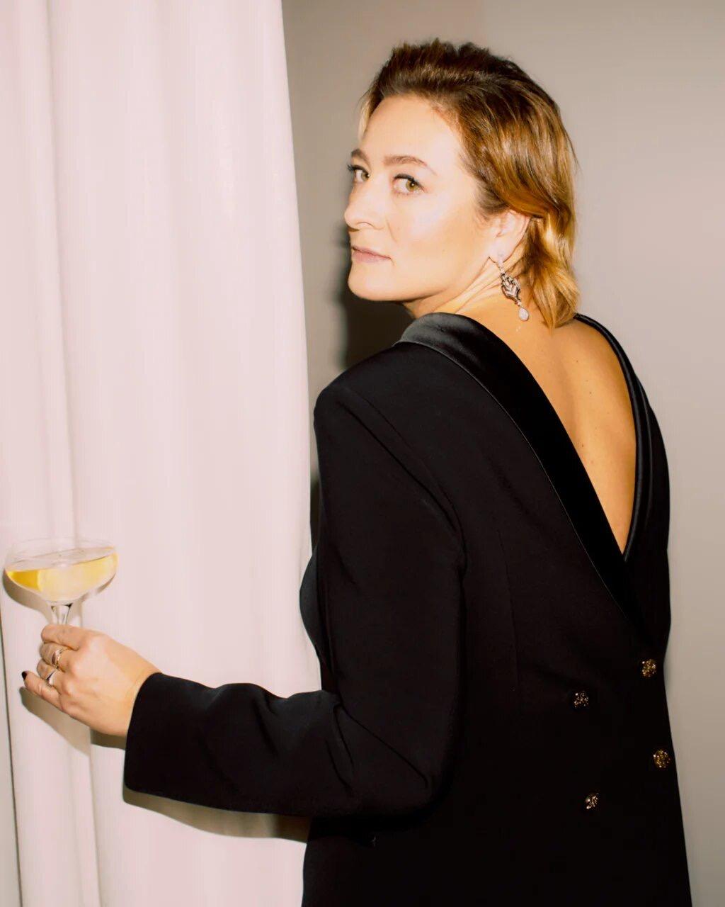 Главный редактор VOGUE Russia Маша Федорова в платье-пиджаке A LA RUSSE